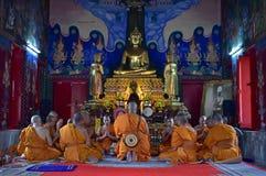 Buddhistische Mönche singen während des Ordinierunges in Monkhood lizenzfreies stockfoto