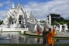 Buddhistische Mönche und weißer Tempel Stockfotografie