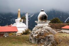Buddhistische Orte der Verehrung - ein Ofen für brennenden Weihrauch und B Stockbilder