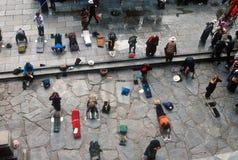 Buddhistische Pilgerer in Lhasa Lizenzfreies Stockfoto
