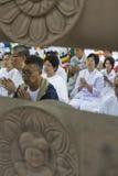 Buddhistische Pilgerer am Mahabodhi Tempel lizenzfreie stockfotografie