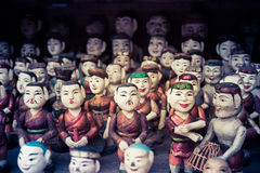Buddhistische Puppen auf Verkauf an einem Tempel Stockbild