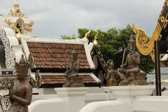 Buddhistische Statuen in Wat Chedi Luang Temple, Chiang Mai Lizenzfreie Stockfotos