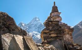 Buddhistische stupa und Gebetssteine in den Bergen auf der Spur Lizenzfreies Stockbild