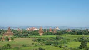 Buddhistische Tempel, die auf die Ebenen von Bagan, Myanmar zerstreuen Stockfoto