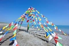 Buddhistische tibetanische Gebetmarkierungsfahnen Stockbild