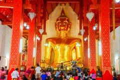 Buddhistische Touristen, die goldenes Buddha-Bild anbeten Lizenzfreie Stockfotos