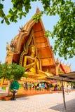 Buddhistische Touristen, die goldenes Buddha-Bild im Freien anbeten Stockfotos