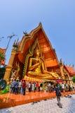 Buddhistische Touristen, die goldenes Buddha-Bild im Freien anbeten Stockbilder