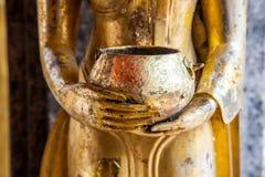 Buddhistische Verdienst- oder Mönchschüssel für Spendenlebensmittel Stockfotos