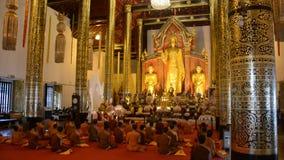 Buddhistische Zeremonie in Thailand stock video