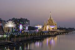 Buddhistische Zeremonien, Tempel, Beleuchtung und dekorative Lichter an den buddhistischen Tempeln glättend stockfotografie