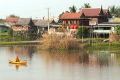 Buddhistischen Mönchen werden das Lebensmittel gegeben, das von den Leuten durch Boot anbietet Lizenzfreies Stockbild