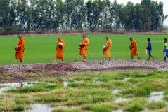 Buddhistischen Mönchen werden das Lebensmittel gegeben, das von den Leuten durch Weg anbietet Lizenzfreies Stockbild
