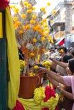 Buddhistischen Mönchen wird das Geld gegeben, das von den Leuten am Morgen anbietet Lizenzfreies Stockbild