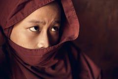 Buddhistischer Anfängermönch bedeckt mit Robe lizenzfreie stockfotos
