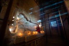 Buddhistischer betender Mönch stockfotografie