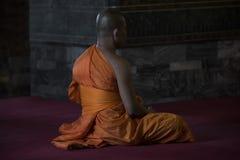 Buddhistischer betender Mönch Lizenzfreie Stockfotos