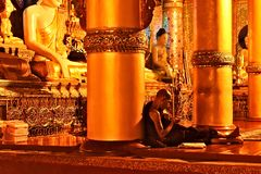 Buddhistischer Mönch Checking His Smartphone an Shwedagon-Pagode in Rangun lizenzfreie stockbilder