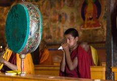 Buddhistischer Mönch, der auf Oberteil spielt lizenzfreies stockfoto