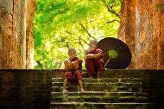 Buddhistischer Mönch, der draußen liest Lizenzfreie Stockfotografie