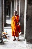 Buddhistischer Mönch, der für Bild aufwirft stockfotografie