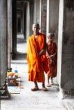 Buddhistischer Mönch, der für Bild aufwirft stockfotos