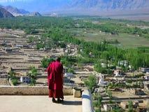 Buddhistischer Mönch im Rot Lizenzfreie Stockfotos