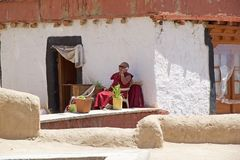Buddhistischer Mönch am Likir-Kloster, Ladakh, Indien stockfotos
