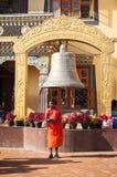 Buddhistischer Mönch mit dem Bitten der Schüssel bei Boudhanath Stupa Nepal, Kathmandu Lizenzfreie Stockfotografie