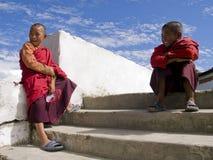 Buddhistischer Mönch mit Spidermanschablone Lizenzfreie Stockfotografie