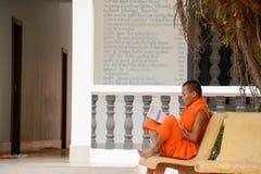 Buddhistischer Mönch Reading Outside ein Tempel Lizenzfreies Stockbild