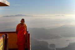 Buddhistischer Mönch trifft Pilger, Adams-Spitze, Sri Lanka Lizenzfreie Stockfotos