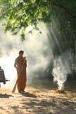 Buddhistischer Mönch-Yard-Arbeit stockbilder