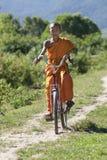 Buddhistischer Mönch auf Fahrrad Stockfotografie