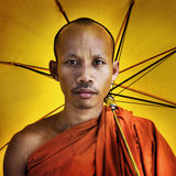 Buddhistischer Mönch, der Regenschirm Zeremonie-Konzept hält Stockbilder