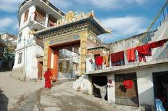 Buddhistischer Mönch, der Zigar Drikung Kagyud Institut in Rewalsar, Indien betritt Stockfoto