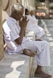 Buddhistischer Pilgerer, der am Mahabodi Tempel betet stockfotografie