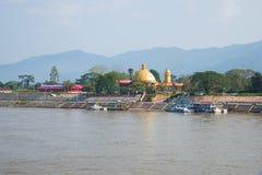 Buddhistischer Tempel auf den Banken des Mekongs Freies Wirtschaftszone goldenes Dreieck, Laos Stockfotografie