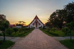 Buddhistischer Tempel bei einem goldenen Sonnenuntergang in einem Park in Ayutthaya, Thailand lizenzfreie stockfotografie