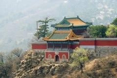 Buddhistischer Tempel an der Gebirgsrücksortierung nahe Chengde Lizenzfreie Stockfotos