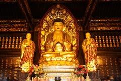 Buddhistischer Tempel. Goldene Statue von Buddha Stockfotografie