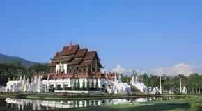Buddhistischer Tempel in königlichem Flora Ratchaphruek-Park Stockbild
