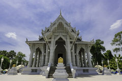 Buddhistischer Tempel unter blauem Himmel Stockbild