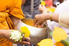 Buddhistisches Angebotlebensmittel zum Mönch Stockfoto