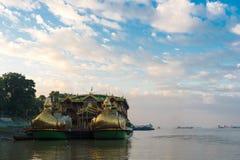 Buddhistisches Boot auf dem Irrawaddy-Fluss in Bagan, Myanmar Kopieren Sie Raum für Text stockbild