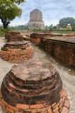 Buddhistisches Dhamek-stupa in Sarnath, nahe Varanasi, Indien Stockfotos