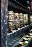 Buddhistisches Gebet dreht innen eine Reihe 2 Stockfotos