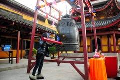 Buddhistisches Glockenklingeln Stockfoto