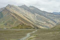 Buddhistisches Kloster Rangdum Gonpa steht auf einem Hügel, der durch Hochgebirge umgeben wird, Kloster ist eine Landstraße, Zans Stockfotos